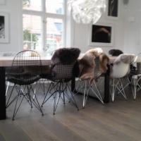 stor bord i helltre eik med lakerte ben