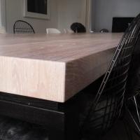 stor bord i helltre eik med lakerte ben detalj