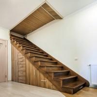Trapp med oppbevarings lagerom, garderobe under trapp